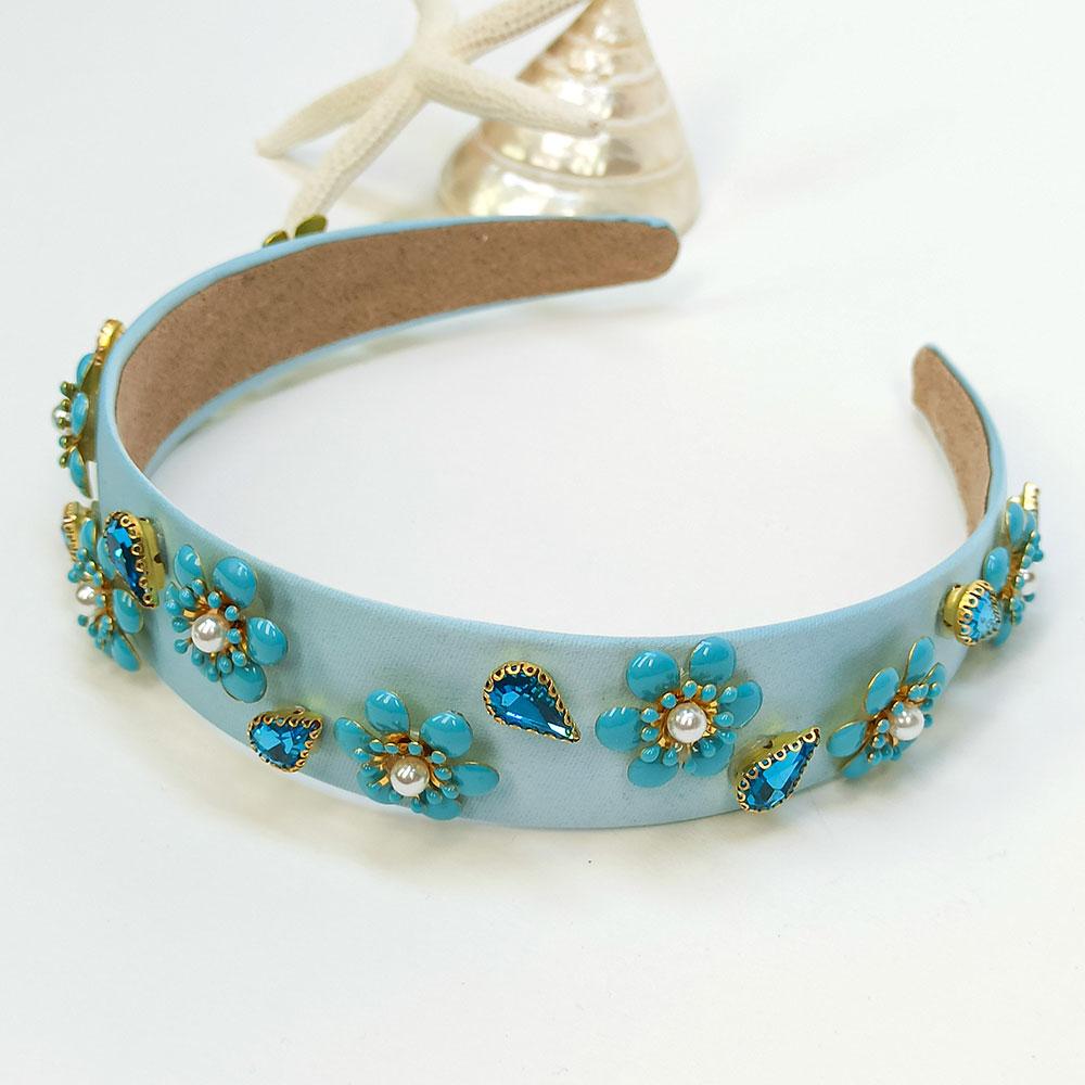 Γαλάζια σατινέ στέκα στολισμένη με μοτίφ λουλουδιών από κρυστάλλινες πέτρες